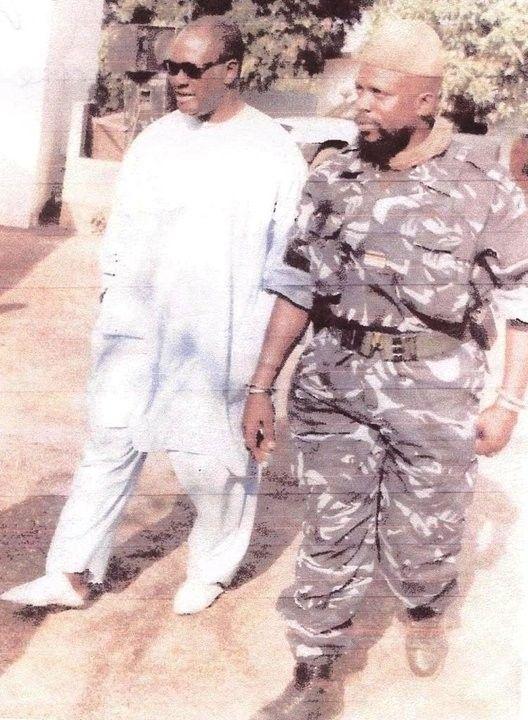 VOICI CELUI QUI TRADUIT LES IVOIRIENS AU TPI (à gauche)